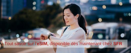 SFR_eSIM-disponible-chez-SFR_210220_jeune-femme-regarde-sa-montre_001.png